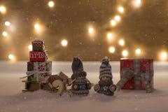 Bożenarodzeniowy czas z śniegiem i zabawką Zdjęcia Royalty Free