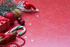 Bożenarodzeniowy czerwony abstrakcjonistyczny tło i dostawy Zdjęcie Stock
