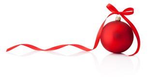 Bożenarodzeniowy czerwony bauble z tasiemkowym łękiem odizolowywającym na białym backgroun zdjęcia royalty free