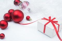 Bożenarodzeniowy czerwony prezenta pudełko z piłkami Zdjęcia Stock