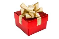 Bożenarodzeniowy czerwony prezenta pudełko z złocistym tasiemkowym łękiem, odosobnionym na białym b zdjęcia stock