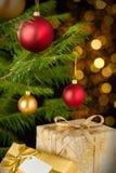 Bożenarodzeniowy dekoraci drzewo, baubles i prezenty, Fotografia Stock