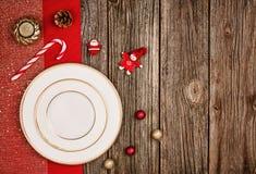 Bożenarodzeniowy dekoraci tło nad drewnianym stołem z czerwonym płótnem Zdjęcie Royalty Free