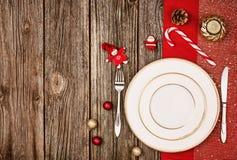 Bożenarodzeniowy dekoraci tło nad drewnianym stołem z czerwonym płótnem Obraz Stock
