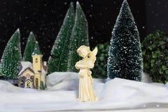 Bożenarodzeniowy dekoracyjny scena anioł śpiewa Bożenarodzeniową piosenkę Zdjęcia Stock