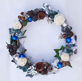 Bożenarodzeniowy dekoracyjny wianek rożek, sztuczni kwiaty, bluszczy liście i jedlin piłki, Obrazy Royalty Free