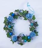Bożenarodzeniowy dekoracyjny wianek z bluszczy liśćmi, jedlin piłkami i sztucznymi kwiatami, Obrazy Stock