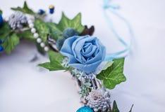 Bożenarodzeniowy dekoracyjny wianek z bluszczy liśćmi, sztucznymi kwiatami i koralikami, Fotografia Royalty Free