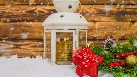 Bożenarodzeniowy drewniany stół z dekoracjami i pięknym opad śniegu nowego roku i bożych narodzeń pojęcie nowy rok zdjęcie wideo
