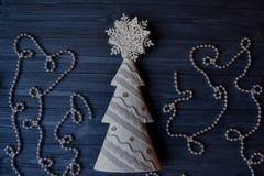 Bożenarodzeniowy drewniany tło z atrybutami nowy rok i święto bożęgo narodzenia Zdjęcie Stock