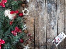 Bożenarodzeniowy drewniany tło z gałąź choinki i bożych narodzeń dekoracje z śniegiem piękne święta ilustracji projektu wektora Fotografia Stock