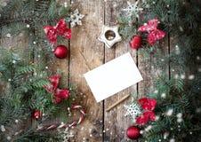 Bożenarodzeniowy drewniany tło z gałąź choinki i bożych narodzeń dekoracje z śniegiem piękne święta ilustracji projektu wektora Zdjęcie Stock