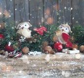 Bożenarodzeniowy drewniany tło z gałąź choinki i bożych narodzeń dekoracje z śniegiem piękne święta ilustracji projektu wektora Obraz Stock