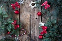 Bożenarodzeniowy drewniany tło z gałąź choinki i bożych narodzeń dekoracje z śniegiem piękne święta ilustracji projektu wektora Zdjęcia Stock