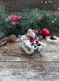Bożenarodzeniowy drewniany tło z gałąź choinki i bożych narodzeń dekoracje z śniegiem piękne święta ilustracji projektu wektora Fotografia Royalty Free