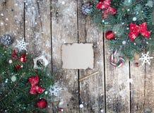 Bożenarodzeniowy drewniany tło z gałąź choinki i bożych narodzeń dekoracje z śniegiem piękne święta ilustracji projektu wektora Zdjęcie Royalty Free