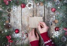 Bożenarodzeniowy drewniany tło z gałąź choinki i bożych narodzeń dekoracje z śniegiem piękne święta ilustracji projektu wektora Obrazy Stock