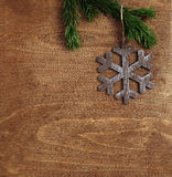 Bożenarodzeniowy drewniany tło z płatkiem śniegu Fotografia Stock