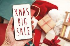 Bożenarodzeniowy duży sprzedaż tekst na telefonu ekranie, xmas sprzedaży znak special obraz royalty free