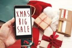 Bożenarodzeniowy duży sprzedaż tekst na telefonu ekranie, xmas sprzedaży znak special zdjęcia royalty free