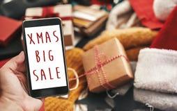 Bożenarodzeniowy duży sprzedaż tekst na telefonu ekranie, xmas sprzedaży znak special zdjęcia stock