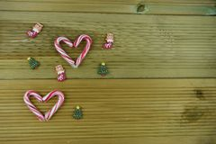 Bożenarodzeniowy fotografia wizerunek z czerwonymi i białymi lampasa cukierku trzciny cukierkami w miłości sercu kształtuje z śli Obrazy Stock
