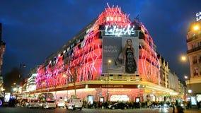 Bożenarodzeniowy Galeries Lafayette wydziałowy sklep, Paryż, Francja, zbiory wideo