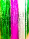 Bożenarodzeniowy girlandy lśnienie dla nowego roku, choinki świecidełko, świąteczny dekorujący z plama skutkiem struktura Tło fotografia royalty free