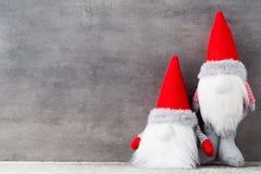 Bożenarodzeniowy gnomu und Santa kapelusz Boże Narodzenie wzór Tło dalej Fotografia Stock