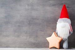 Bożenarodzeniowy gnomu und Santa kapelusz Boże Narodzenie wzór Tło dalej Fotografia Royalty Free