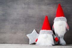 Bożenarodzeniowy gnomu und Santa kapelusz Boże Narodzenie wzór Tło dalej Zdjęcie Royalty Free