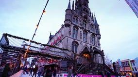 Bożenarodzeniowy jazda na łyżwach przy sławnym starym Stadhuys na markt w Gouda zbiory wideo