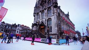 Bożenarodzeniowy jazda na łyżwach przy sławnym starym Stadhuys na markt w Gouda zdjęcie wideo