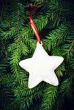 Bożenarodzeniowy jedlinowego drzewa tło z dekoracją. Rocznik ramowy fr Zdjęcia Royalty Free