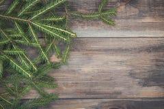 Bożenarodzeniowy jedlinowy drzewo na ciemnej drewnianej desce Boże Narodzenia lub nowy rok rama dla twój projekta z kopii przestr Obrazy Royalty Free