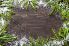 Bożenarodzeniowy jedlinowy drzewo na ciemnej drewnianej desce z śniegiem Boże Narodzenia lub nowy rok rama dla twój projekta z ko Obrazy Stock