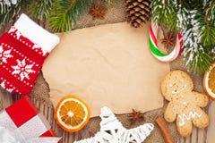 Bożenarodzeniowy jedzenie i wystrój z śnieżnym jedlinowego drzewa tłem Obrazy Royalty Free