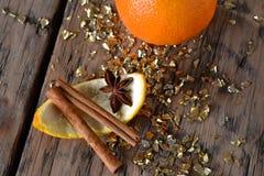 Bożenarodzeniowy jedzenie, pomarańcze, anyż, Cynamonowy kij, Złota błyskotliwość Obraz Stock