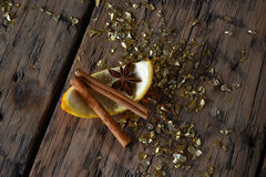 Bożenarodzeniowy jedzenie, pomarańcze, cynamon, Gwiazdowy anyż, Złota błyskotliwość Zdjęcie Royalty Free