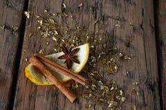 Bożenarodzeniowy jedzenie, pomarańcze, cynamon, Złota błyskotliwość, Gwiazdowy anyż Zdjęcie Royalty Free