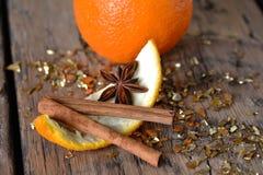 Bożenarodzeniowy jedzenie, Pomarańczowy zapał, anyż, błyskotliwość, Cynamonowy kij Obrazy Stock