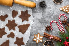 Bożenarodzeniowy jedzenie Składniki dla kulinarnych Bożenarodzeniowych piernikowych ciastek z dekoracjami na kamiennym tle obrazy stock