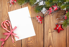 Bożenarodzeniowy kartka z pozdrowieniami lub fotografii rama nad drewnianym stołem z sn Obraz Royalty Free