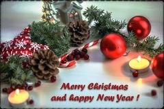 Bożenarodzeniowy kartka z pozdrowieniami na drewnianego tła płonącej świeczce, czerwonych Bożenarodzeniowych piłkach i zieleni ga Zdjęcie Royalty Free