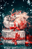 Bożenarodzeniowy kartka z pozdrowieniami z pięknie upakowanymi prezentami, czerwoną dekoracją, wakacyjnymi piłkami, ptakiem i śni Fotografia Royalty Free