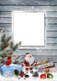 Bożenarodzeniowy kartka z pozdrowieniami z prezentami, Santa Claus, sosen gałąź i boże narodzenie dekoracjami, Zdjęcie Stock