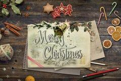 Bożenarodzeniowy kolaż z ołówkami, rysunkiem, cukierkami i holly na a, obraz stock
