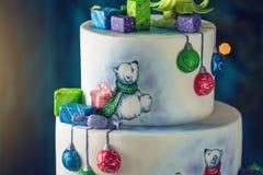 Bożenarodzeniowy kolorowy wielopoziomowy tort dekorował z rysunkami misie, prezentów pudełka i zielony drzewo wierzchołek, obraz royalty free