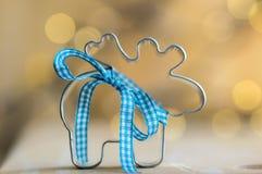 Bożenarodzeniowy kruszcowy reniferowy krajacz z błękitnym łękiem w magicznych bożonarodzeniowe światła na tle fotografia royalty free