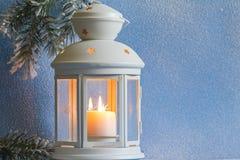 Bożenarodzeniowy lampion z śnieżnym i drzewnym abstrakcjonistycznym tłem Zdjęcie Royalty Free